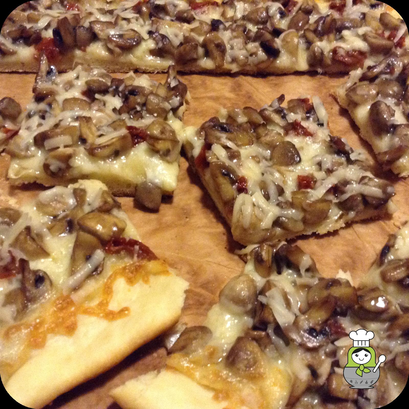 Aprende a preparar esta pizza blanca con champiñones al ajillo y queso parmigiano con nuestra receta paso a paso.