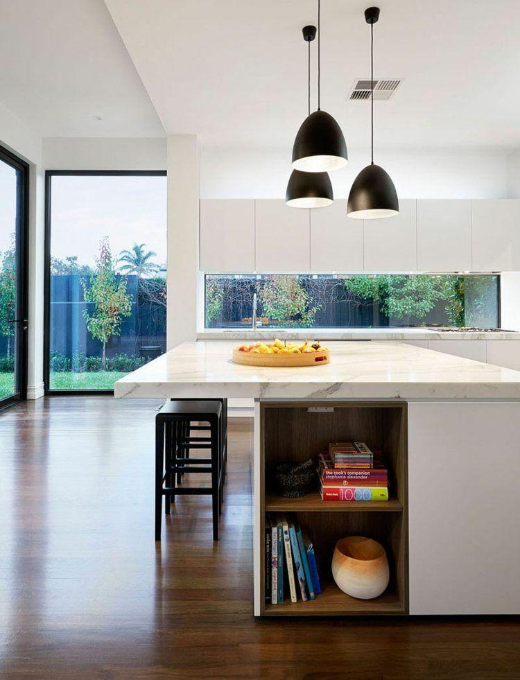 Schmales Fenster Design in weißer Küche mit schwarzen