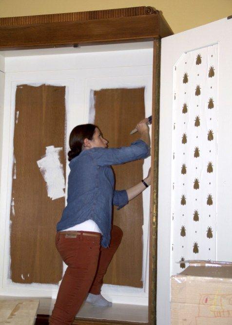 einen alten schrank tapezieren eine idee ganz einfach umgesetzt m bel streichen ver ndern. Black Bedroom Furniture Sets. Home Design Ideas
