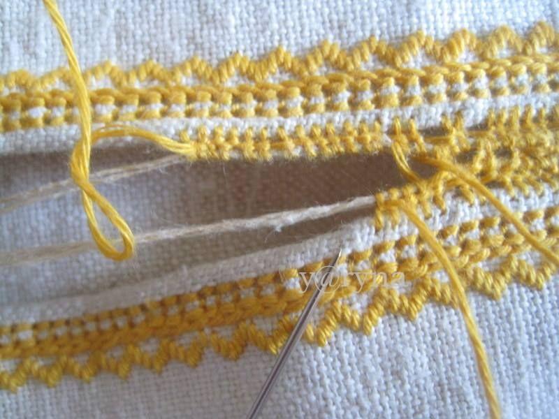 """черв""""ячком примережую кожну додаткову нитку до свого краю полотна стібками через дві нитки тканини. раджу рухатися поетапно, сегментами, а не відразу на всю довжину змережування"""
