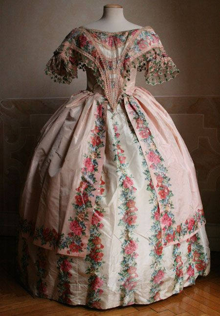 1851 two-piece ball gown (bodice and skirt) in taffeta. The bodice is closed by a lacing on the back.