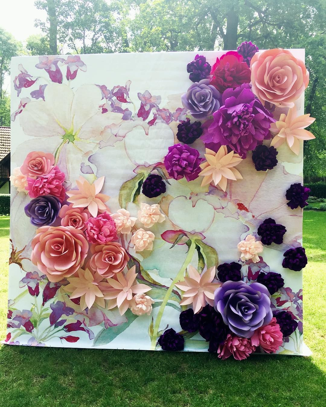 See this instagram photo by ilinedecor 57 likes another wise i love the integration of the painting with the paper flower background decor amipublicfo Images