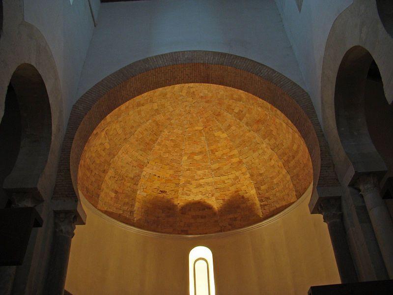 File:San Cebrián de Mazote iglesia mozarabe boveda del presbiterio ni.jpg Boveda Gallonada, característica del Arte Mozárabe