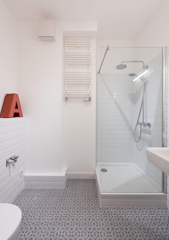 Wohnungsumbau Berlin By Fl Nk Architekten Badezimmer Bath Room Fliesen Sanitar Innenraum Dusche Ornament Fe Badezimmer Loft Wohnung Bad Fliesen