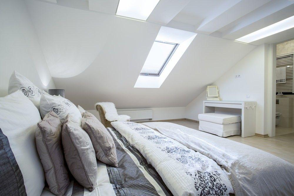 Dachgeschoss Schlafzimmer Mit Weissen Wanden Oberlicht Hellen