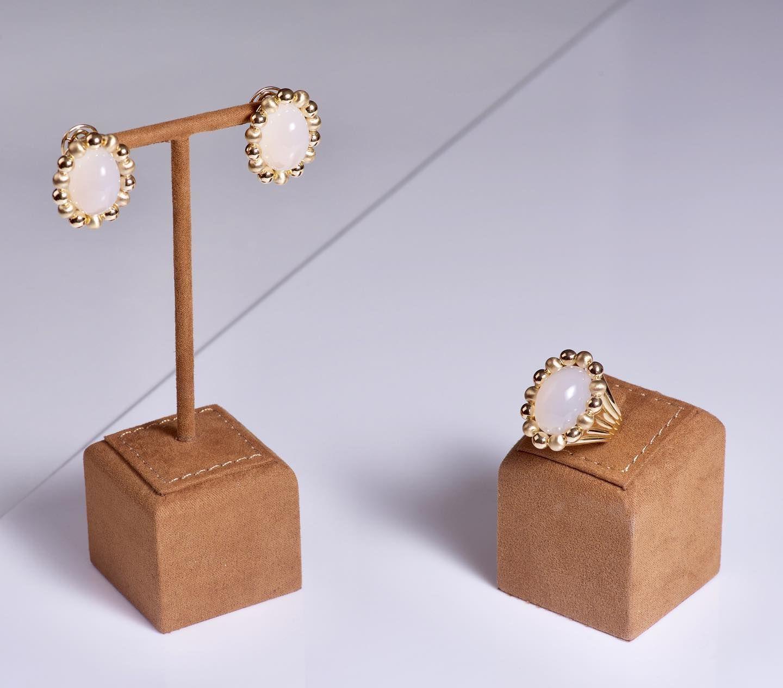 حجر التشالسيدوني الملكي من و ت ـــر طقم ذهب اصفر عيار ١٨ يتزين بـ ٢٢ حجر تشالسيدوني ملكي قيراط ٩٣ ٣٠ Stud Earrings Accessories Place Card Holders