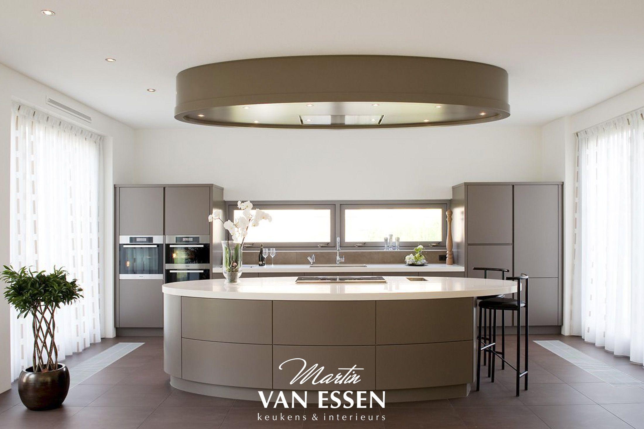 Een prachtige grijze keuken modern met uniek kookeiland