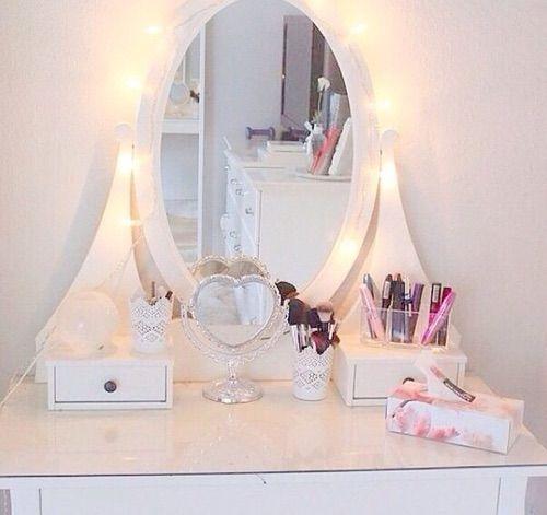 sandrica makeup corner pinterest coiffeur id es d co pour la chambre et rangements. Black Bedroom Furniture Sets. Home Design Ideas