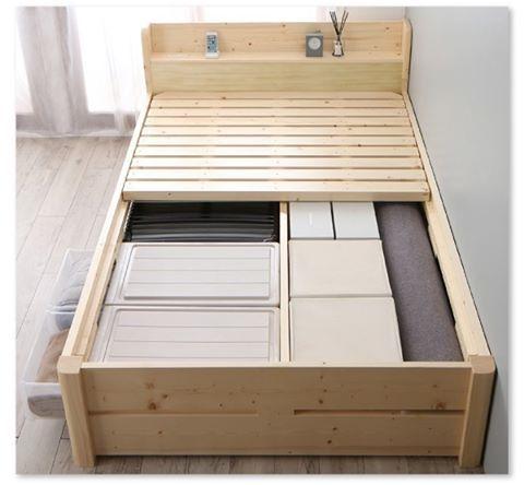 床面と自作ベットの間の空間は 収納ボックスを仕舞う場所として活用することができます ぴったりなサイズの箱を 100均などで探して 入れてみてはどうでしょうか 部屋のものがすっきりと片付く嬉しさがあります 手作りベット ベッド 収納付きベッド