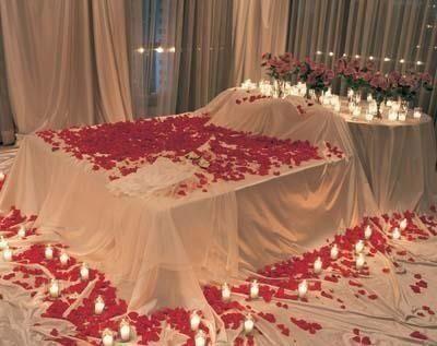 Bed A Full Of Rose Petal And Candles Romantische Deko Dekor Idee