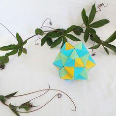 Balle de medecine décorative en origami: kusudama de sonobe turquoise, citron, et kiwi