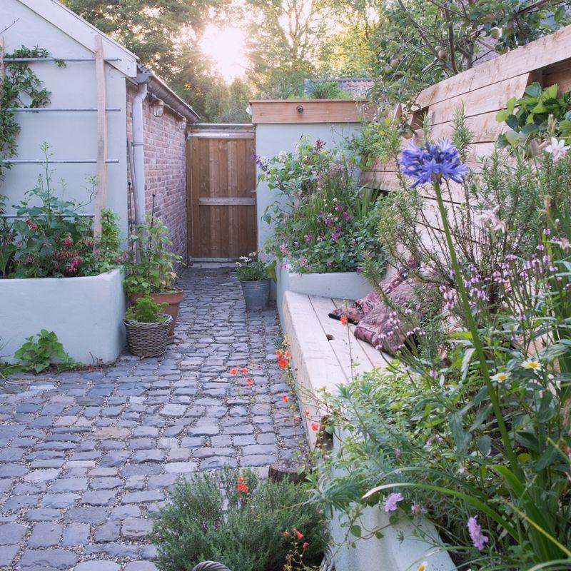 In het historische centrum van het vestingstadje Woudrichem goochelde tuinontwerper Emiel Versluis met een patio van 40 m². Met zijn trucs haalde hij meer dan het maximale uit elke centimeter....