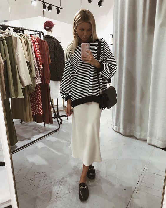Wow quel combo confortable d'une jupe en satin ivoire avec un pull à rayures! Je ne peux pas …   – Stylish