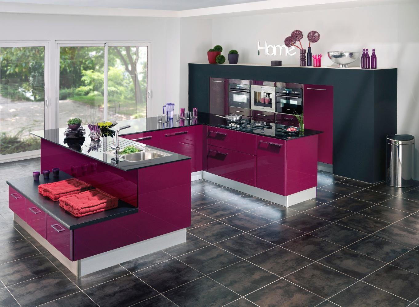 Collection contemporaine CARAT. Ces meubles design jouent sur leurs 19 couleurs tendance et leur finition mate ou brillante pour faire souffler un vent de nouveauté dans la cuisine.