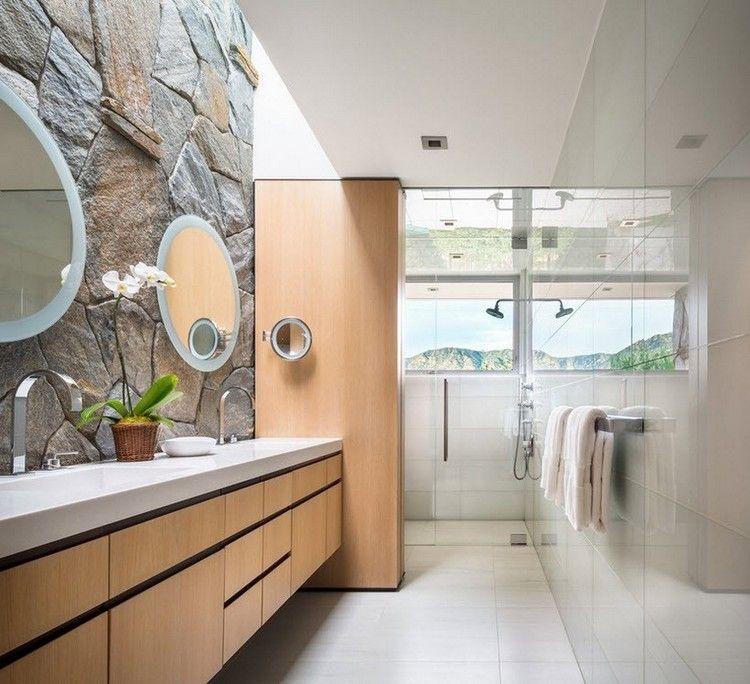 salle de bain simple avec parement mural en pierre naturelle meuble