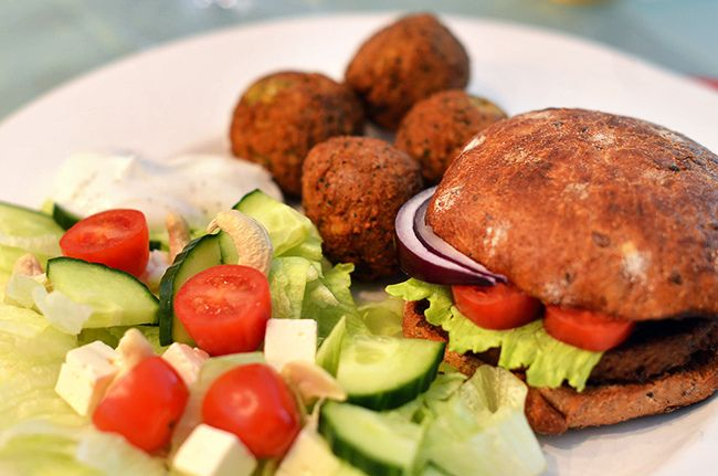 Вегетарианские бургеры и фалафель с сыром Фета, салатом, и соусом из турецкого йогурта и специй