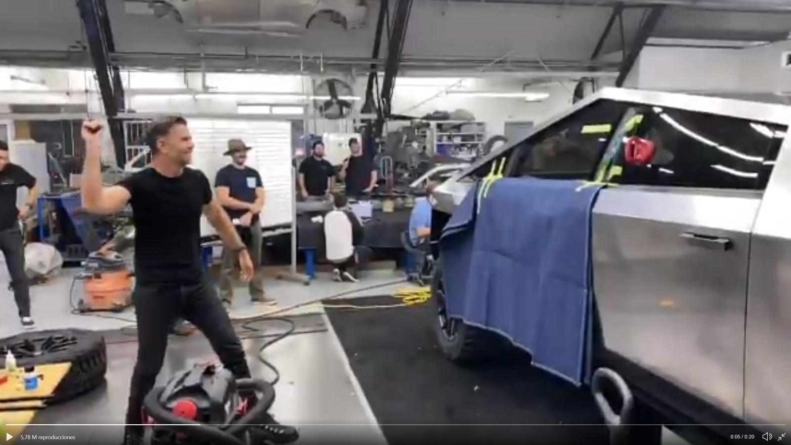 Ahora sí Musk muestra cómo el famoso cristal blindado del
