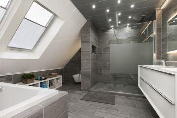 Badkamer Grijze Tegels : Grote en luxe badkamer strak uitgevoerd met dezelfde grijze tegel