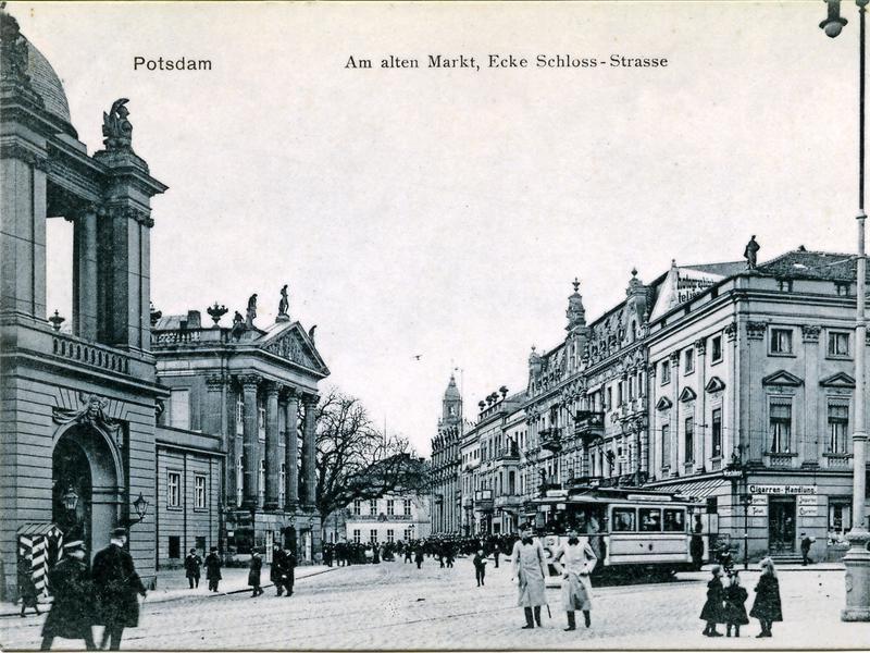 Am Alten Markt mit Blick auf das Fortunaportal und auf die