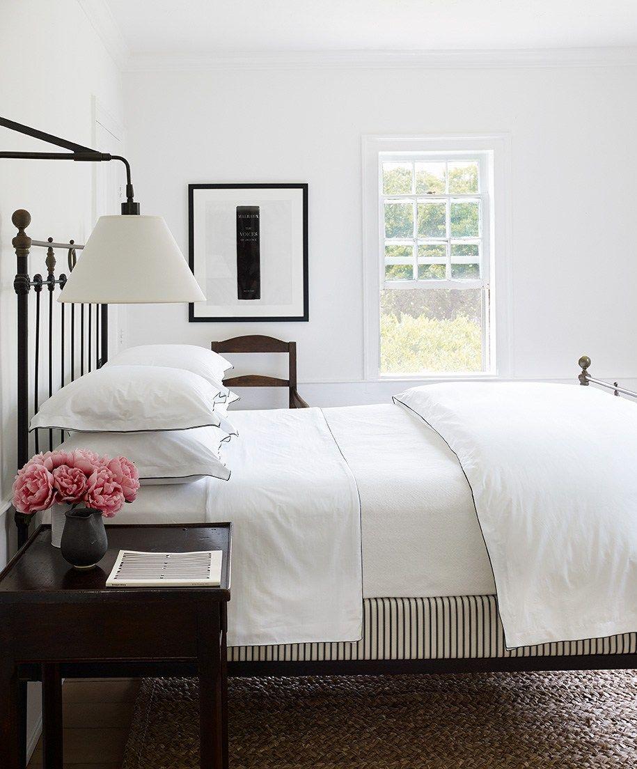 Schlafzimmer Altes Bett Metall Schwarz Weisse Wande Nachttische