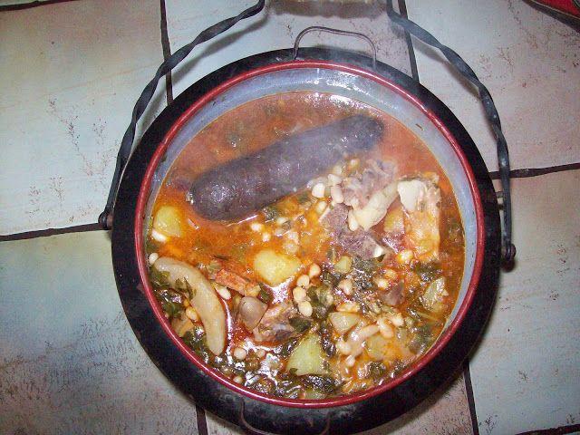 Receta tradicional y plato típico de Cantabria: EL COCIDO MONTAÑÉS, realizado en olla ferroviaria o puchera. http://www.elclubdelapuchera.com/2009/01/el-cocido-montanes-receta-paso-paso.html