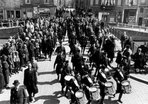 De WA marcheert over een  Amsterdamse gracht, 2 april 1941. Een heerbanmarsch.