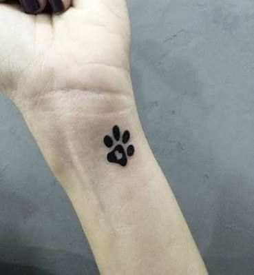 tatuajes pequenos huellas de perro