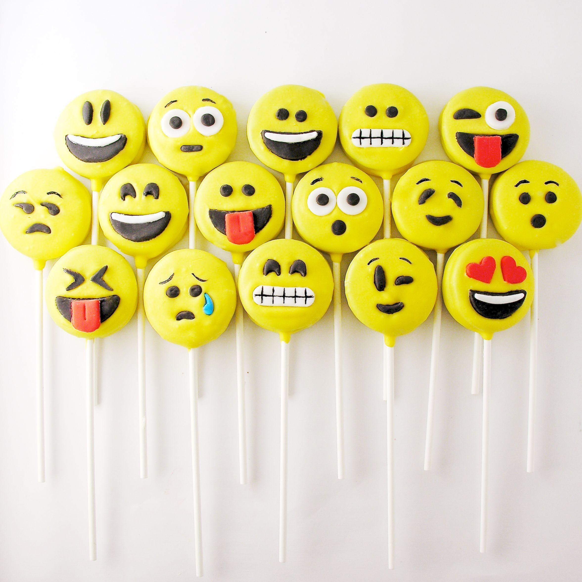Pin By Juli Maciel On Carteles De Egresados Emoji Cake Pops Oreo Pops Emoji Cake