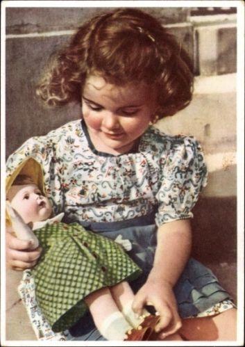 Ak Mädchen spielt mit ihrer Puppe, Grünes Puppenkleid | eBay