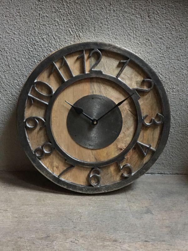 Stoere houten klok met metalen beslag details metaal hout
