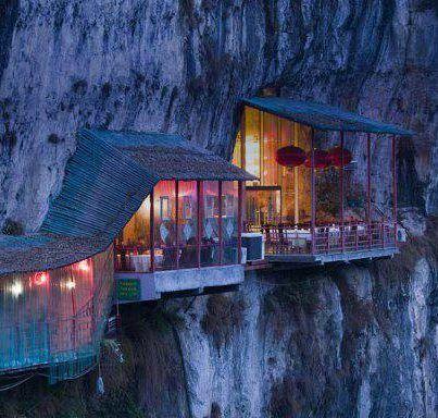 Restaurante cerca de Cueva Sanyou sobre el río Chang Jiang, Hubei, China. Tiene que ser una pasada cenar en un restaurante como este y a esta altura y con esa sensación de vértigo constante. Si la comida está en consonancia con el lugar, tiene que ser un placer y una gran aventura estar ahí. Fuente Almeria de tapas