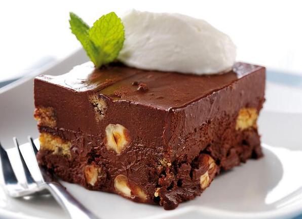Μια εύκολη συνταγή για ένα υπέροχο επιδόρπιο ψυγείου, με σοκολάτα, γιαούρτι, ξηρούς καρπούς, μπισκότα, αποξηραμένα φρούτα και Tia Maria. Ένα γλύκισμα εύκολ