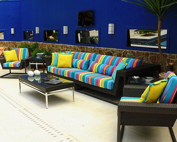 A área externa é um espaço amplo, confortável e colorido