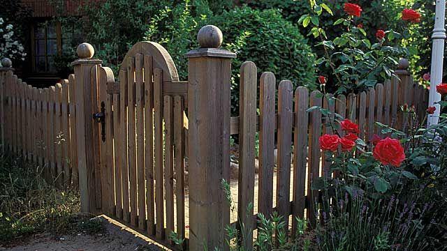Ein Holzzaun lässt sich leicht selber bauen (Quelle imago - terrassen bau tipps tricks