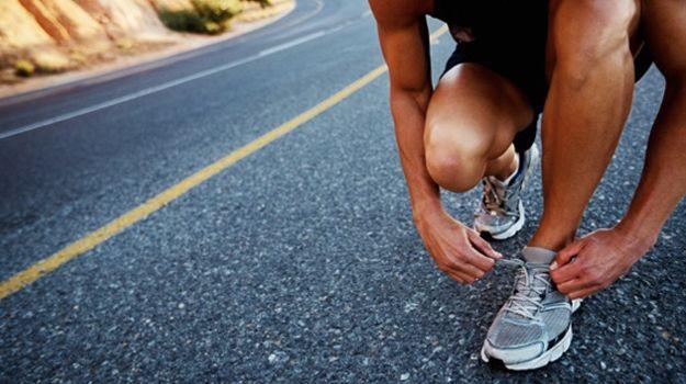 Coureur refait ses lacets. D'autres articles sur la course à pied sur http://blog.moncoach.com/course-a-pied
