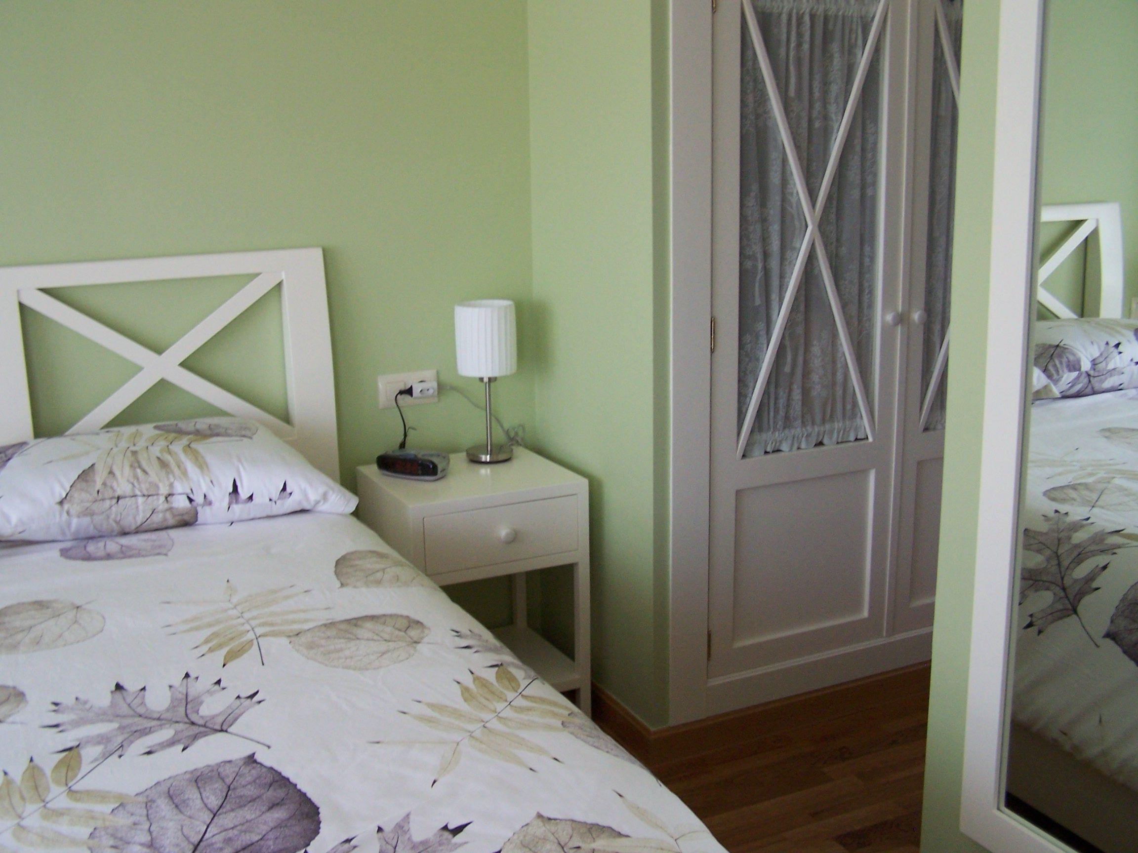Cabecero mesillas y frente de armario con cruces lacado en blanco roto closet closet - Cabecero y mesillas ...
