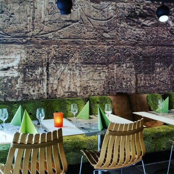 Afrikansk style. Tøff restaurant som bruker fototapet for å skape den kule atmosfære.  (mama afrika restaurant Stv.