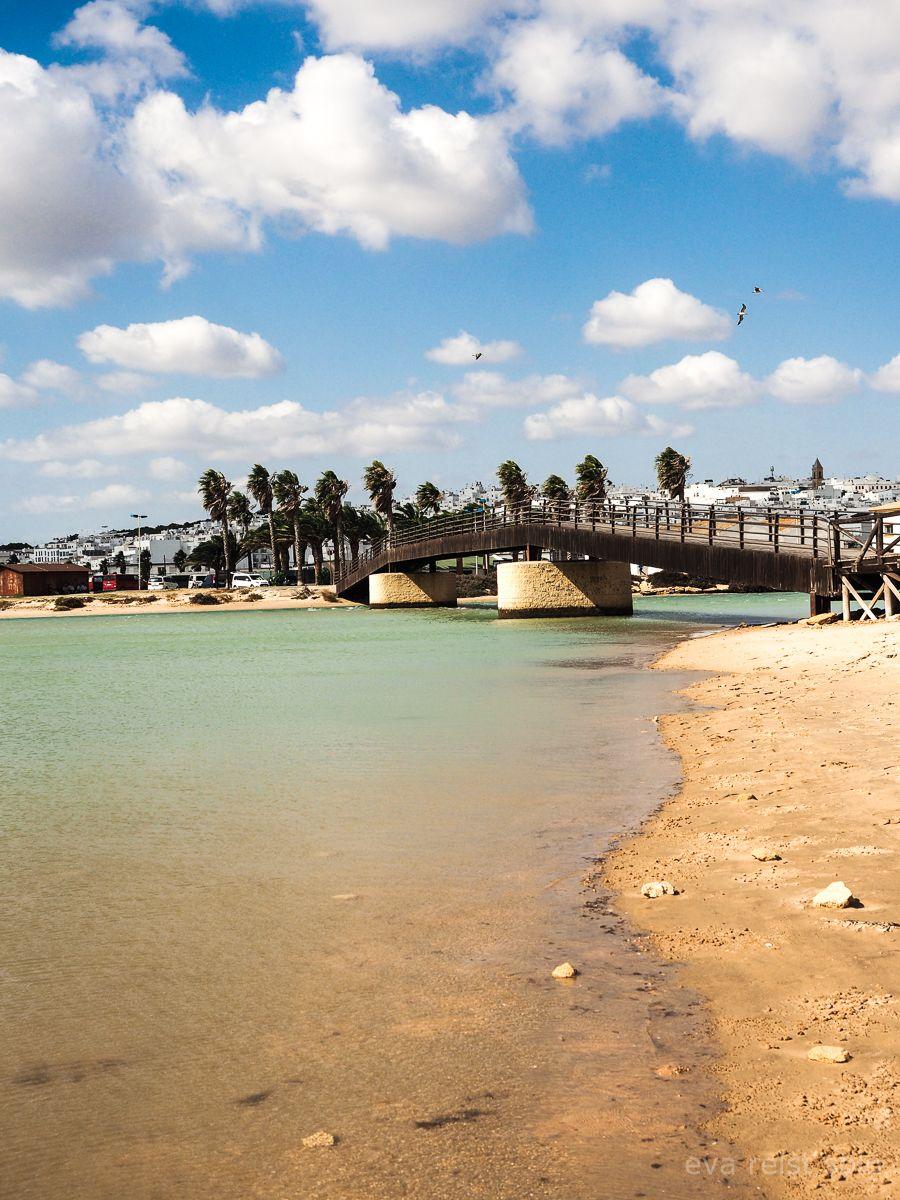 Der Blick Vom Strand Auf Conil De La Frontera Die Stadt Liegt An Der Spanischen Costa De La Luz Und Ist Ein Herrlich Entspannter Soloreisen Reisen Strandfotos