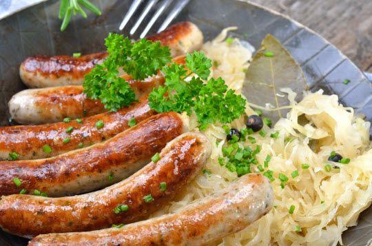 Bratwürste mit Sauerkraut -  ein typisch fränkisches Gericht.