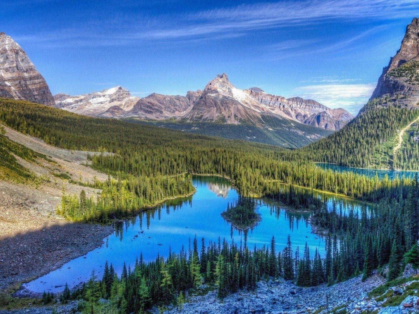 Cielo Azul Reflejado En un Lago Pequeño.