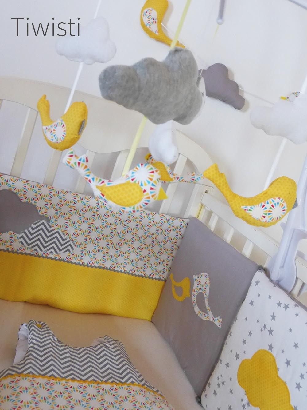 mobile complet pour b b jaune gris et blanc oiseau et nuage chambre jaune orange. Black Bedroom Furniture Sets. Home Design Ideas
