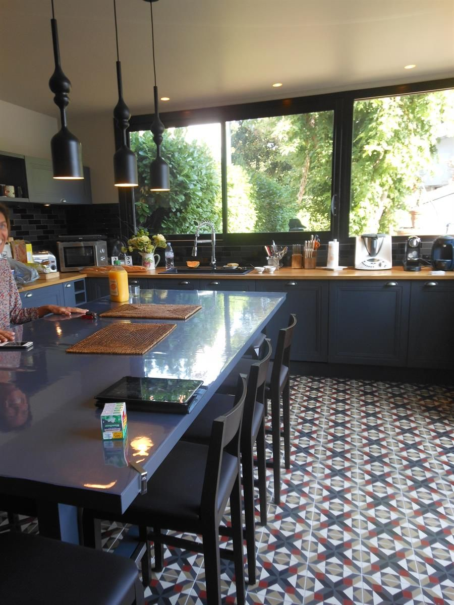 Plan De Travail A Carreler Exterieur cuisine au carrelage à losanges ancien, meubles gris foncé
