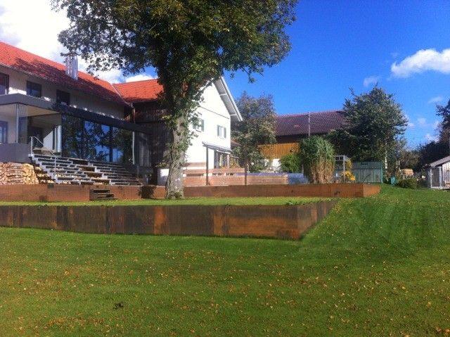 Eine Hanglage Wird Mit Abgestuften Terrassen Begradigt Garten Gartengestaltung Terrasse