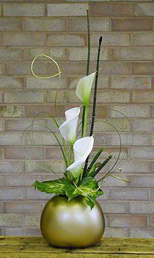 Three Zantedeschia Aethiopica Calla Lilies And Foliage Design 111 Flower Arrang Modern Flower Arrangements Ikebana Flower Arrangement Flower Arrangements
