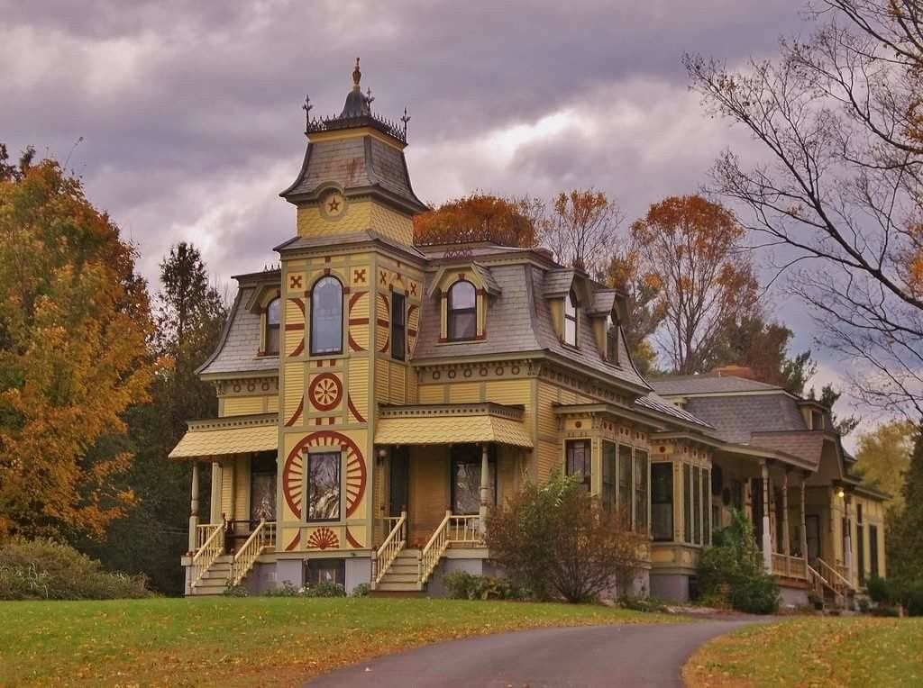 A Very Intriguing Mansion Home And There Is No Info On It It Would Make A Perfect Small Castle For Victorian Homes Old Victorian Homes Victorian Style Homes