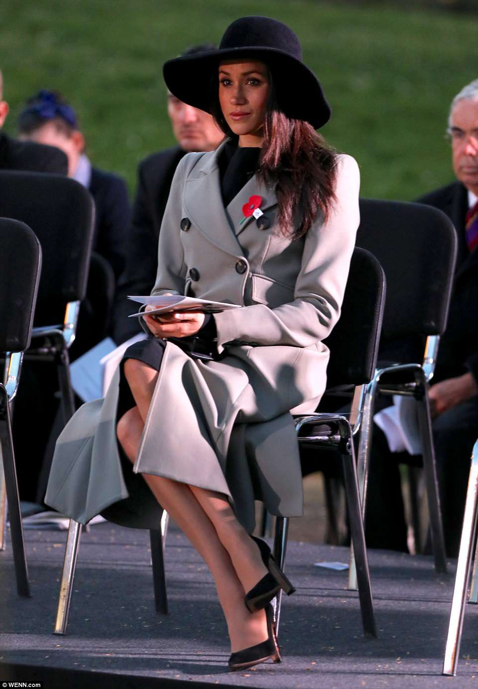meghan looks sombre at anzac day service of remembrance with harry meghan markle prince harry meghan markle style prince harry and meghan meghan markle prince harry