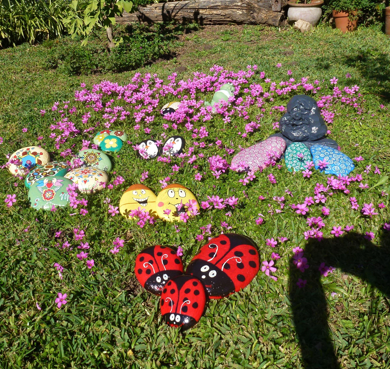 Piedras pintadas para adornar el jard n ideas para for Piedra volcanica para jardin