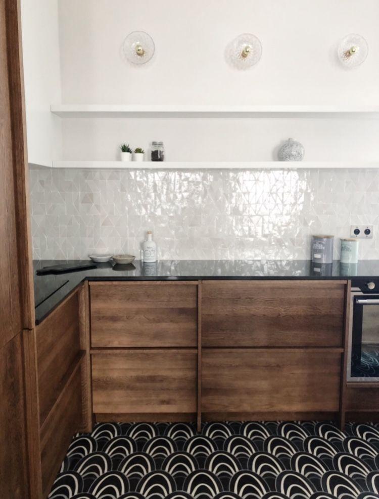 Caroline Andreoni Projet Neuilly Sur Seine Rue De Chartres Zoom Sur Cette Cuisine Raffinee Avec Cet Accord De In 2020 Kitchen Tiles Kitchen Remodel Loft Kitchen