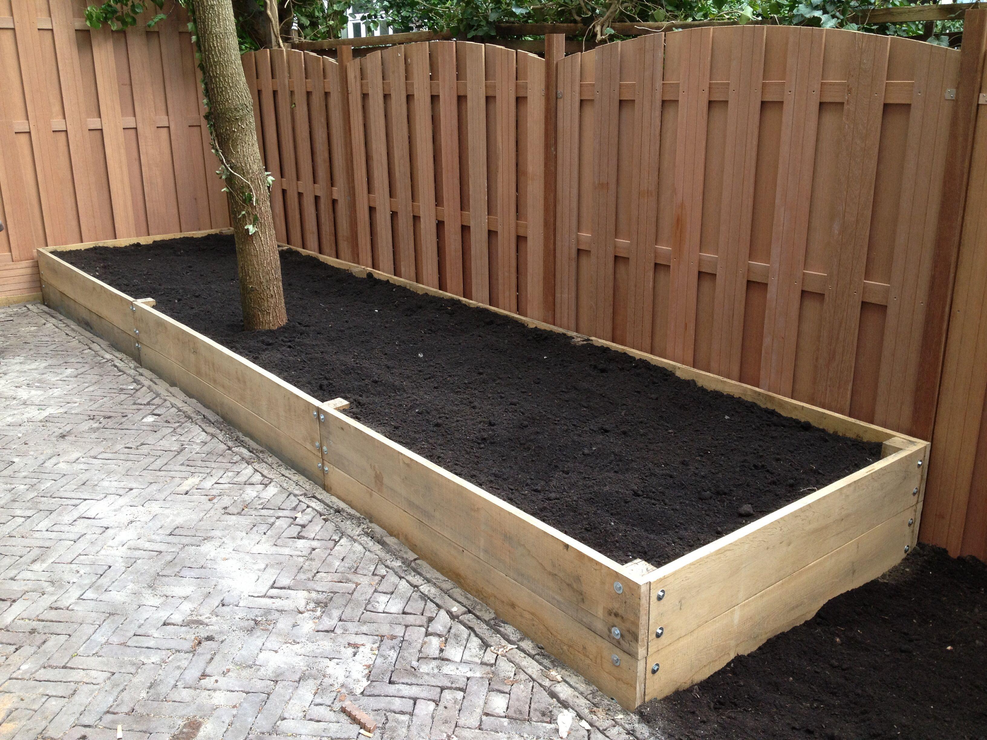 Verhoogde border met steigerhout wooden flowerbed plantenbak