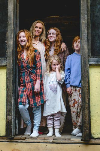 """Jeannette Walls: """"The cast spent a lot of time together and bonded like a family. The complex and nuanced e…   Glass castle, Sadie sink, Bobby brown stranger things"""